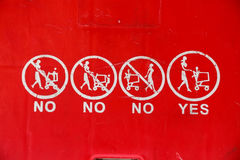 Ciérrese para arriba de símbolos en el carro de la compra rojo Imágenes de archivo libres de regalías