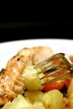 Ciérrese para arriba de salmones de la carne asada y de patatas salteadas Imagenes de archivo