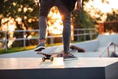 Ciérrese para arriba de skater en la acción Foto de archivo libre de regalías
