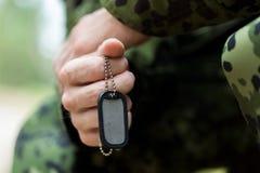 Ciérrese para arriba de soldado joven en uniforme militar Foto de archivo