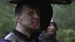 Ci?rrese para arriba de soldado medieval con sangre en su cara almacen de metraje de vídeo