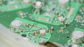 Ciérrese para arriba de soldar del manual de una placa de circuito grande almacen de metraje de vídeo