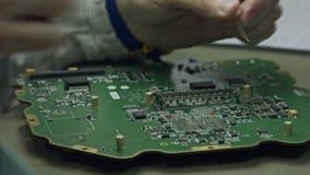 Ciérrese para arriba de soldar del manual de una placa de circuito grande almacen de video