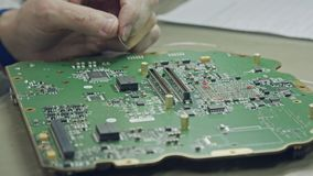 Ciérrese para arriba de soldar del manual de una placa de circuito grande metrajes