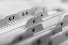 Ciérrese para arriba de tarjetas de índice alfabético en caja imagen de archivo libre de regalías