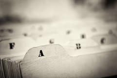 Ciérrese para arriba de tarjetas de índice alfabético en caja fotografía de archivo