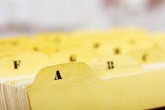 Ciérrese para arriba de tarjetas de índice alfabético en caja fotografía de archivo libre de regalías