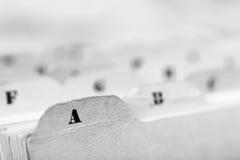 Ciérrese para arriba de tarjetas de índice alfabético en caja foto de archivo libre de regalías