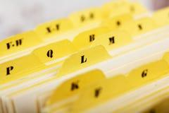 Ciérrese para arriba de tarjetas de índice alfabético en caja imágenes de archivo libres de regalías