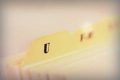 Ciérrese para arriba de tarjetas de índice alfabético en caja imagenes de archivo