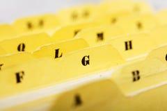 Ciérrese para arriba de tarjetas de índice alfabético en caja fotos de archivo