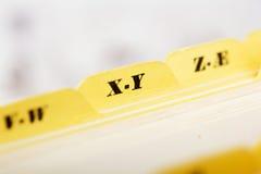 Ciérrese para arriba de tarjetas de índice alfabético en caja fotos de archivo libres de regalías