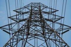 Ciérrese para arriba de torre eléctrica de la transmisión Imagen de archivo