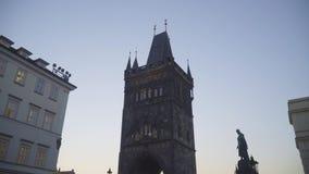 Ciérrese para arriba de torre vieja de la ciudad en el puente de Charles en Praga, República Checa almacen de metraje de vídeo