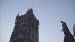 Ciérrese para arriba de torre vieja de la ciudad en el puente de Charles en Praga, República Checa almacen de video