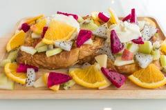 Ciérrese para arriba de tostada francesa con la fruta y la miel imagen de archivo