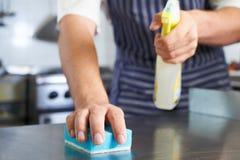 Ciérrese para arriba de trabajador en la cocina del restaurante que limpia abajo después de Ser Fotografía de archivo