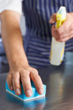Ciérrese para arriba de trabajador en la cocina del restaurante que limpia abajo después de Ser Fotos de archivo