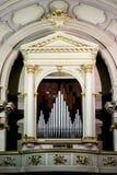 Ciérrese para arriba de un órgano adornado y lujoso del pozo en una iglesia Foto de archivo