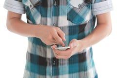 Ciérrese para arriba de un adolescente usando el teléfono elegante móvil Fotos de archivo