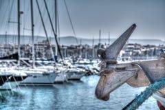 Ciérrese para arriba de un ancla del barco en el puerto de Alghero en hdr Imágenes de archivo libres de regalías