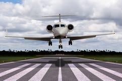 Ciérrese para arriba de un aterrizaje del jet privado Imagenes de archivo