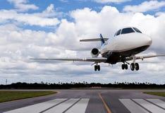 Ciérrese para arriba de un aterrizaje del jet privado Fotos de archivo