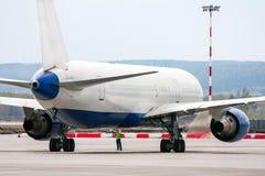 Ciérrese para arriba de un avión de pasajeros de carreteo Fotografía de archivo libre de regalías