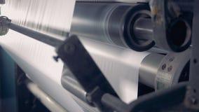 Ciérrese para arriba de un balanceo de papel en una cadena de producción Equipo de reciclaje de papel de la fábrica almacen de video