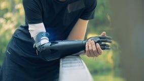 Ciérrese para arriba de un biónico artificial y las manos sanas del ser humano metrajes