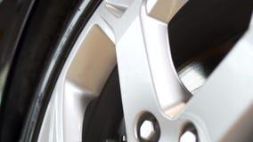 Ciérrese para arriba de un borde nuevo, de plata del coche existencias Nueva rueda de la aleación del borde y del coche almacen de metraje de vídeo