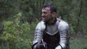 Ci?rrese para arriba de un caballero medieval que lucha con su espada en el bosque almacen de metraje de vídeo