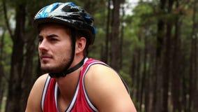 Ciérrese para arriba de un ciclista masculino metrajes