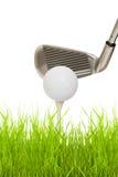 Ciérrese para arriba de un club de golf con la bola y la te Fotografía de archivo
