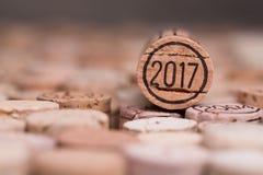 Ciérrese para arriba de un corcho 2017 del vino del Año Nuevo del vintage con el copyspace Imágenes de archivo libres de regalías