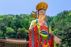 Ciérrese para arriba de un coreano hermoso y de una figura de papel tradicional para el festival para celebrar el cumpleaños de B fotografía de archivo