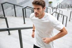 Ciérrese para arriba de un corredor masculino sano en ropa del deporte Imágenes de archivo libres de regalías