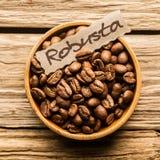 Ciérrese para arriba de un cuenco de granos de café Robusta Imagen de archivo