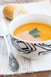 Ciérrese para arriba de un cuenco de sopa de la zanahoria, de la calabaza y de patata dulce Imágenes de archivo libres de regalías