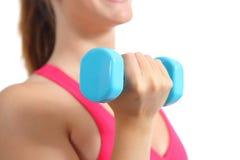Ciérrese para arriba de un ejercicio de elevación de los pesos de la mujer de la aptitud aerobio imagenes de archivo