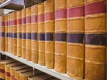 Ciérrese para arriba de un estante de libros viejos Fotos de archivo libres de regalías