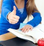 Ciérrese para arriba de un estudiante que hace los pulgares para arriba Foto de archivo libre de regalías