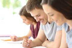 Ciérrese para arriba de un estudiante que toma notas Fotos de archivo