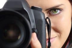 Ciérrese para arriba de un fotógrafo que fotografía con una cámara del dslr Imagen de archivo libre de regalías