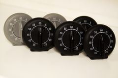 Ciérrese para arriba de un grupo de relojes análogos de la parada imágenes de archivo libres de regalías