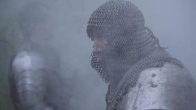 Ci?rrese para arriba de un guerrero brutal en la situaci?n de la armadura del chainmail en el humo almacen de video