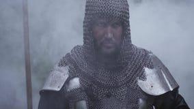 Ci?rrese para arriba de un guerrero de edades medievales en armadura del chainmail en humo metrajes