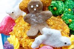 Ciérrese para arriba de un hombre del pan del jengibre de la Navidad Fotos de archivo libres de regalías