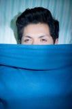 Ciérrese para arriba de un hombre joven hermoso en cama con insomnio y trastorno del sueño sufridores abiertos los ojos que piens Imágenes de archivo libres de regalías