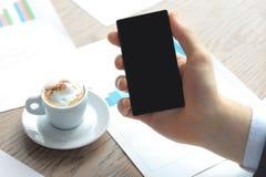 Ciérrese para arriba de un hombre de negocios que usa el teléfono elegante móvil Imagen de archivo libre de regalías